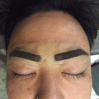 眉毛のデザインを描く